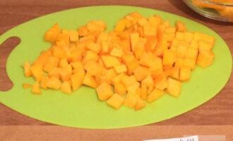 Шаг 2: Нарежьте тыкву кубиками.
