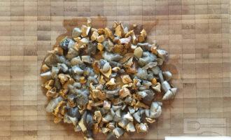Шаг 5: Нарежьте маринованные грибы.