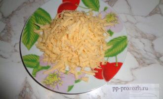 Шаг 4: Сыр натрите на крупной терке.