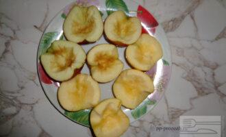 Шаг 5: Яблоки разрежьте пополам и очистите от косточек, чтобы получились лодочки.