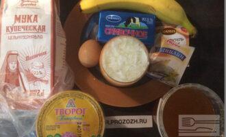 Шаг 1: Подготовьте ингредиенты: цельнозерновую муку, банан, кефир, творог, мед, яйцо, ванилин, разрыхлитель.