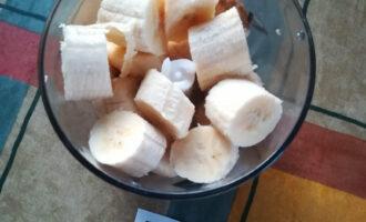Шаг 2: Разогрейте духовку до 180 градусов. В блендере взбейте бананы до консистенции пюре. Перелейте их в чашу, в которую будете добавлять остальные ингредиенты.