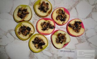 Шаг 6: Наполните яблочные лодочки смесью ореха, чернослива и меда и отправьте в духовку на 15 минут при температуре 180 градусов.