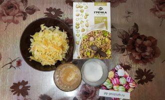 Шаг 1: Подготовьте следующие ингредиенты: зеленую гречку, капустный рассол, квашеную капусту, соль.