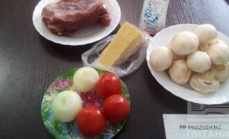 Шаг 1: Подготовьте ингредиенты: вырезку телятины, шампиньоны, лук, помидор, сыр, соль, домашний майонез.