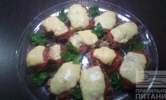 Шаг 6: Достаньте мясо из духовки, положите сверху сыр и поставьте запекаться еще на 10 минут.