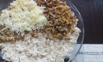 Шаг 4: Выложите салат слоями, курица, грибы, яйца тертые на терке, грецкие орехи. Каждый слой промажьте майонезом.