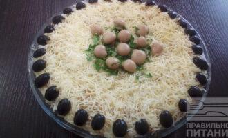Шаг 6: Украсьте салат маслинами, петрушкой, целыми грибами.