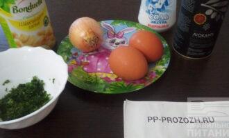 Шаг 1: Подготовьте ингредиенты: яйца, репчатый лук, маринованные шампиньоны, петрушку, соль, оливковое масло.