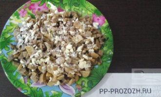Шаг 4: Яйца отварите в течении 10 минут. Отделите желтки от белков. Желтки измельчите, соедините с грибами, жареным луком, хорошо перемешайте, при необходимости посолите.