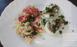Шаг 6: Подавайте к столу в теплом виде, со свежими овощами, посыпьте свежей петрушкой.