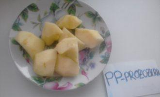 Шаг 3: Яблоки помойте, очистите от кожуры и семечек. Нарежьте кусочками среднего размера.