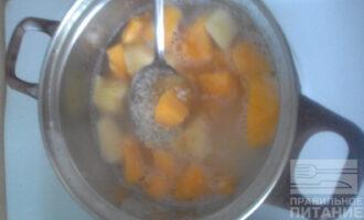 Шаг 5: За 5 минут до готовности риса, добавьте к нему тыкву, яблоки и мед. Варите на слабом огне до готовности.