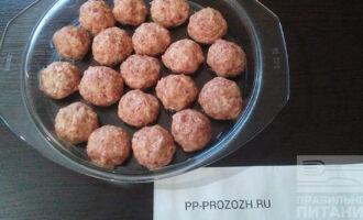 Шаг 3: Сформируйте шарики небольшого размера. Готовьте в духовке при 180 градусах 40 минут.