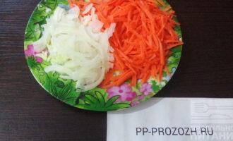 Шаг 4: Натрите на крупной терке морковь, нарежьте полукольцами вторую луковицу.