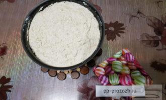 Шаг 7: Перелейте тесто в форму для выпечки и поставьте в духовку  на 1 час при температуре 180 градусов. У всех духовки разные, поэтому время может варьироваться.