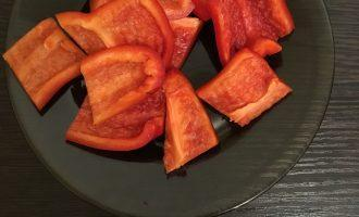 Шаг 3: Нарежьте сладкий перец крупными кусочками.