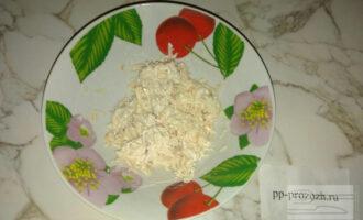 Шаг 2: Отварную грудку мелко нарежьте и добавьте немного йогурта.