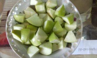 Шаг 3: Крупно нарежьте яблоко, лучше брать зеленое с кислинкой.