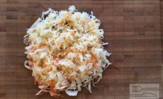 Шаг 4: Измельчите квашеную капусту.