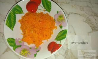 Шаг 3: В другую миску натрите на мелкой терке отварную морковь.