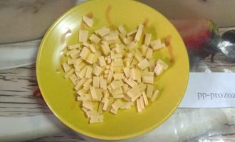 Шаг 3: Нарежьте сыр мелкими кубиками.