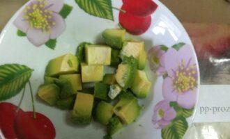 Шаг 2: Вымойте авокадо и разрежьте на кубики половину мякоти.