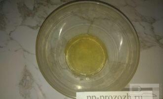 Шаг 4: В отдельной миске растопите мед на паровой бане.