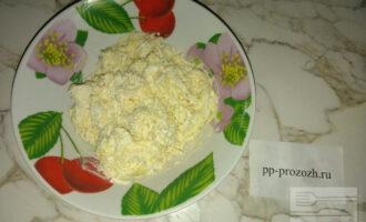 Шаг 4: Также отдельно натрите на мелкой терке отварные яйца, сыр, чеснок и добавьте йогурт, чтобы масса получилась довольно плотная.