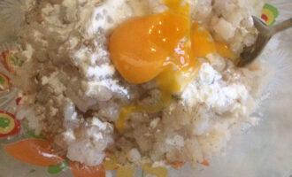 Шаг 3: В готовый фарш вбейте 2 яйца,  добавьте 2 столовые ложки крахмала,  40 грамм нежирной сметаны, посолите и поперчите.  Все тщательно перемешайте. Смочите руки в холодной воде и сформируйте котлеты размером с куриное яйцо.