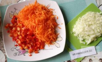 Шаг 3: Мелко нарежьте лук и верхушки перцев, удалив хвостики. Морковь натрите на крупной терке.