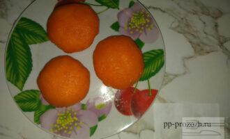 Шаг 8: Далее, по принципу сырного шарика, сделайте морковный.