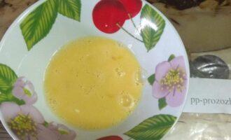 Шаг 4: Яйца взбейте вилкой и добавьте столовую ложку молока.