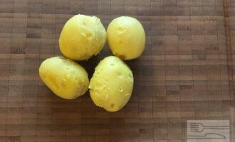 Шаг 2: Отварите картофель.