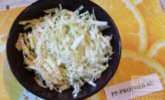 Шаг 4: Пекинской капусты возьмите 6-8 листиков и тонко нашинкуйте.