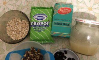 Шаг 1: Подготовьте все ингредиенты для конфет. Переберите орехи от скорлупы. Изюм должен быть без косточек.