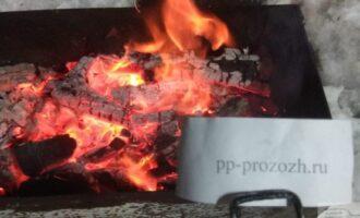 Шаг 4: Разведите костер в мангале и подождите пока прогорят дрова. За это время курица замаринуется.
