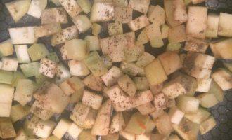 Шаг 7: Крупно нарежьте баклажан и спассеруйте на горчичном масле. Далее соедините все в маленькой кастрюле и готовьте 5 минут.