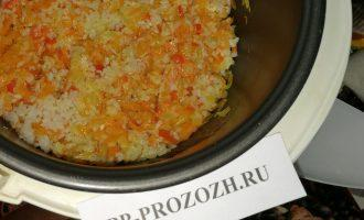 Шаг 5: Всыпьте к овощам промытый рис и на том же режиме продолжайте готовить начинку в течение 5-10 минут.