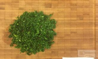 Шаг 5: Нарежьте зелёный лук, петрушку и укроп.