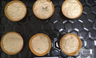 Шаг 5: Разложите по формочкам и выпекайте в духовке при 180 градусах 50 минут.