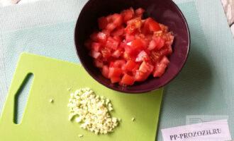 Шаг 6: В это время мелко измельчите чеснок и нарежьте помидоры кубиками.