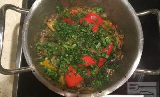Шаг 6: Добавьте зелень в кастрюлю с тушеными овощами. Посолите и поперчите по вкусу. Перемешайте.