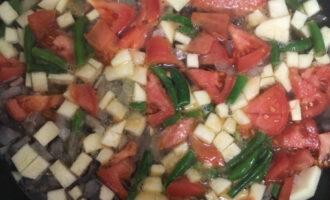 Шаг 4: Добавьте нарезанные овощи и стручковую фасоль к луку и готовьте еще 5 минут.