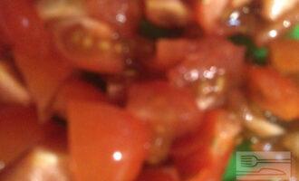 Шаг 5: Нарежьте помидор, добавьте в сковороду и немного протушите все овощи.