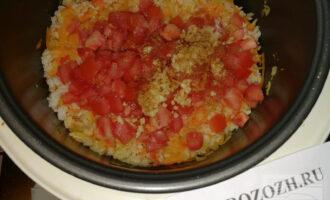 Шаг 7: В тушеные овощи с рисом добавьте помидоры, чеснок, соль и специи. Перемешайте. Мультиварку выключите.