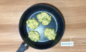 Шаг 7: С помощью ложки сформируйте оладьи на антипригарной сковороде без масла, либо с небольшим количеством масла. Обжарьте с обеих сторон.
