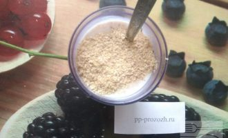 Шаг 6: Добавьте запаренную овсянку, кефир, перемолотые семечки льна и хлопья зародышей пшеницы. Хорошенько перемешайте.
