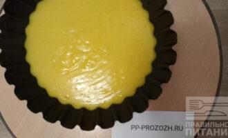 Шаг 8: Вылейте лимонную массу на песочную основу и отправьте в холодильник на 3 часа.