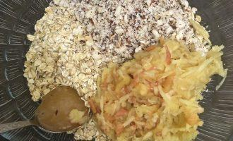 Шаг 3: К овсянке добавьте мед, яблоко и измельченные орехи.